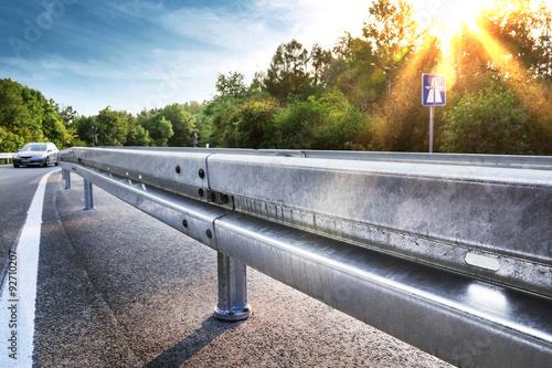 Foto op Plexiglas Motorsport Neue Leitplanke an Autobahnabfahrt – Sicherheit Schutzplanke Leitschiene Straße – Crash Barrier