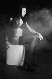 Fototapeta Piękna kobieta siedząca w dymie