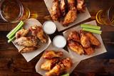 režijní pohled ze čtyř různých příchutí kuřecích křidélek s farmářský dressing piva a řapíkatým celerem