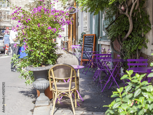 Fototapeta PARIS, FRANCE, on AUGUST 29, 2015. Picturesque summer cafe on the street.