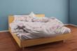 Bett mit schöner Bettwäsche