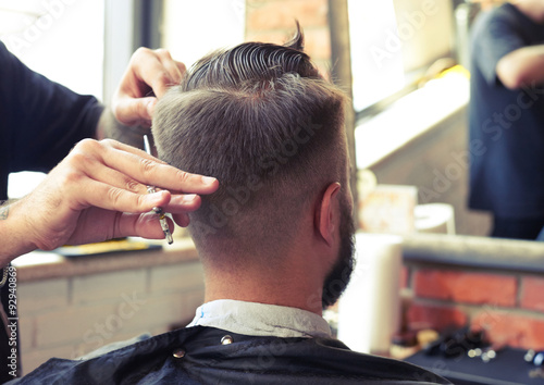 barber cutting hair with scissors Plakat