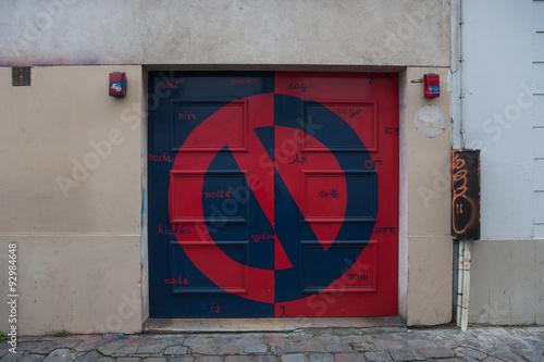 obraz lub plakat Señal de prohibido estacionar en una entrada de un garaje en una calle del barrio de Montmartre en París