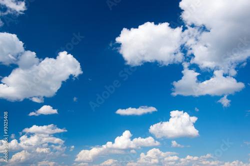 biala-chmura-w-niebieskim-niebie
