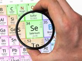Selenium symbol - Se. Element of the periodic table zoomed with magnifier - 93087635