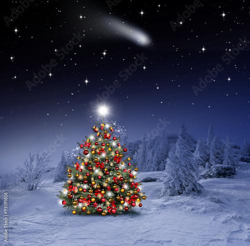 Fototapeta Geschmückter Weihnachtsbaum im Winterwald
