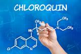 Hand mit Stift zeichnet chemische Strukturformel von Chloroquin