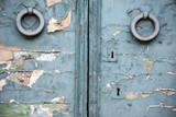 vecchia porta in legno con maniglie