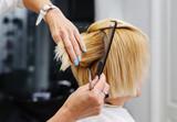 Fryzjer cięcia blond włosy