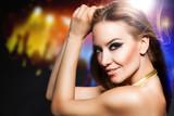 attraktive tanzende Frau