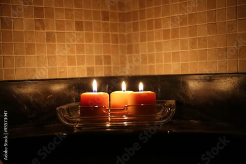 Luce dolce e rilassante delle candele in una stanza da - Candele da bagno ...