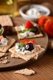 spuntino con formaggio alle erbe, olive e pomodoro