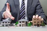 住宅を販売するビジネスマン