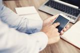 dito di mano di uomo sullo schermo di uno smartphone touchscreen per lavoro