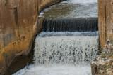 Detalle de la caida de agua de un canal de regadio