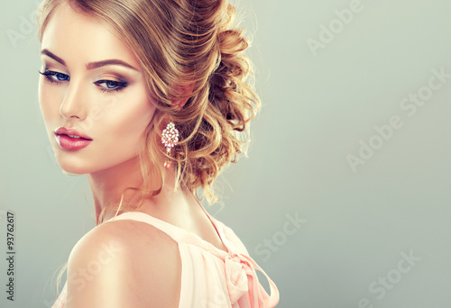 Zdjęcia Beautiful model with  elegant hairstyle