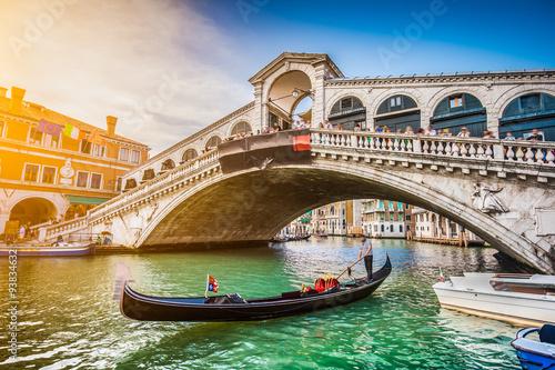 gondola-z-kantorem-mostem-przy-zmierzchem-wenecja-ital