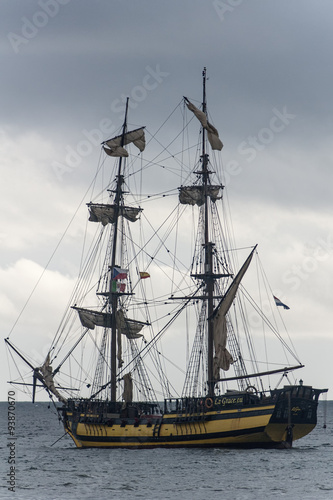 Naklejka velero bergantín surcando el mar