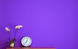 Fototapety Parete vuota dipinta in viola con oggetti