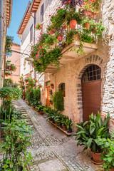 Wspaniałe urządzone ganek w małym miasteczku w Włochy, Umbria