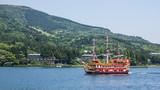 Statek na jeziorze Ashi.