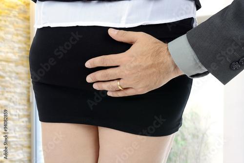 Poster Sexuelle Belästigung, Mann greift Frau an Hintern oder Po