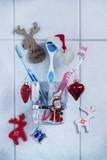 Zahnbürsten mit Weihnachtsdekoration