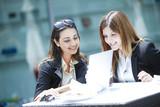 Due donne manager sorridenti durante il lavoro