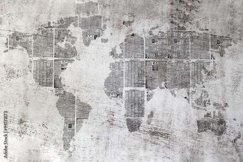 Fototapeta Muro grigio con collage di fogli di giornali a forma del mondo