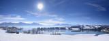Fototapety Panorama Winterlandschaft in Bayern im Allgäu mit Blick auf die Berge der Alpen und dem Forggensee bei Füssen