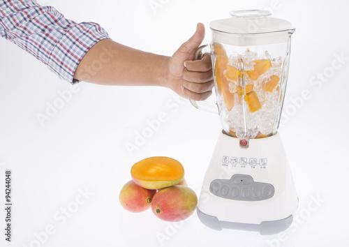 Licuadora, con fruta y jugo sobre fondo blanco. Poster