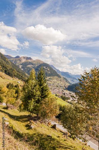 Deurstickers Airolo, Stadt, Altstadt, Gotthard, Gotthardpass, Passstrasse, Gotthardtunnel, Leventina, Tal, Herbst, Tessin, Schweiz