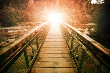 Warp światło na końcu mostu wiszącego przejście pary w wil