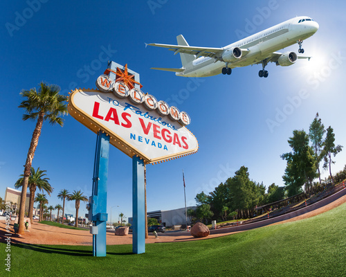 Foto op Aluminium Las Vegas Welcome sign to Las Vegas with airplane in the sky