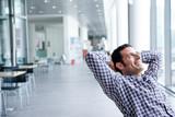 Giovane manager durante una pausa dal lavoro