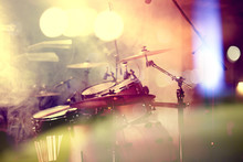 __Fondo De la música en vivo. Bateria sobre el escenario.Concierto.