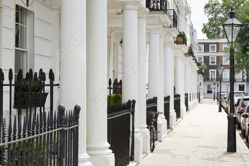 Zdjęcia na płótnie, fototapety, obrazy : Row of beautiful white edwardian houses in Kensington, London