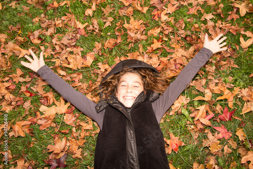 Poster Portrait of a beautiful ten years old little girl in autumn park