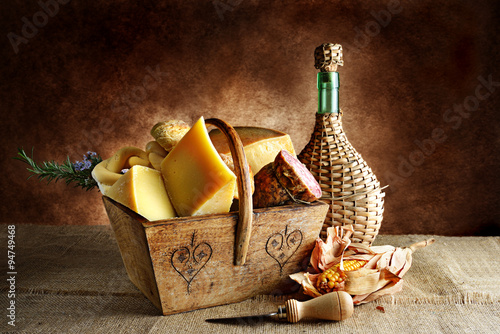 cesto in legno di formaggi e salame Poster