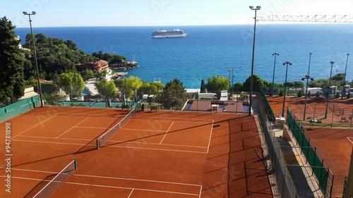 Terrain de tennis avec vue sur la mer m diterran e stock for Dimension d un terrain de tennis