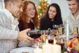 Fototapety freunde treffen sich zum festlichen weihnachtsessen zu hause
