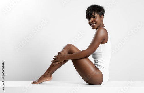 Poster Pedicure black woman sitting on a white table