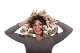 Donna con aglio in testa