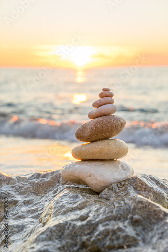 Poster Stenen in het Zand Stones pyramid on sand symbolizing zen, harmony, balance. Ocean