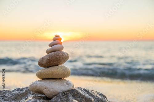 In de dag Stenen in het Zand Stones pyramid on sand symbolizing zen, harmony, balance. Ocean