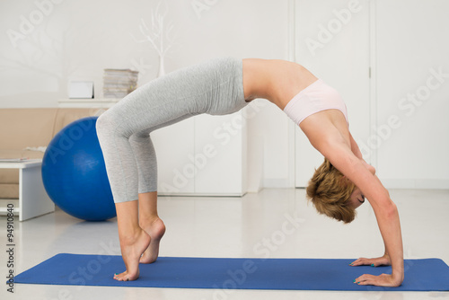 Tuinposter Gymnastiek Full bridge