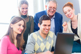 Universität Studenten bei einem Projekt in Teamarbeit benutzen einen Laptop