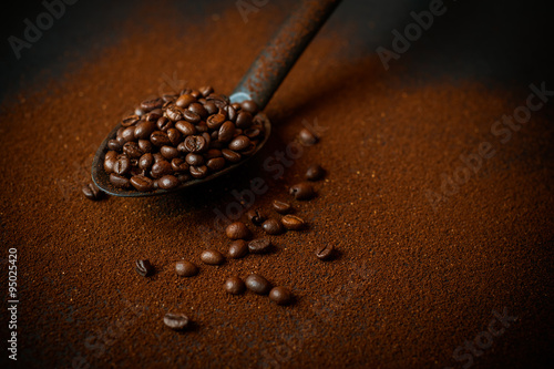 Fotobehang Koffiebonen Chicchi di caffè e caffè macinato
