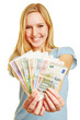 Junge Frau hält Fächer mit Geldscheinen