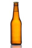 Copo de cerveja clara gelada e refrescante com espuma em fundo branco neutro